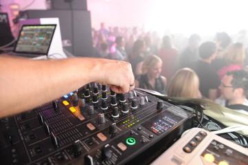 DJ Mischpult mit Händen