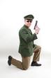 Polizeibeamter in 007 Pose