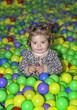 Entre un mar de bolas de colores.