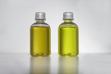 Flakons und kleine Flaschen mit Shampoo gefüllt