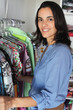 Schöne Frau in einer Boutique