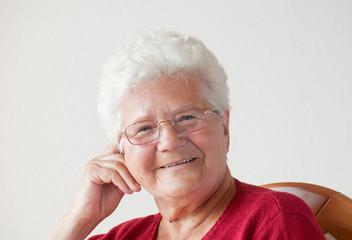 fröhliche seniorin