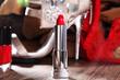 Roter Lippenstift, roter Lack mit High Heels und rotem Slip