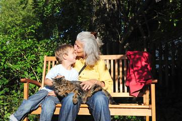 Oma, Enkel und Katze