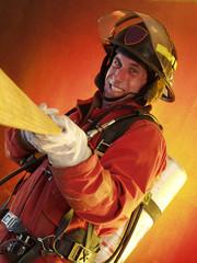 Bombero trabajando y extinguiendo un incendio.