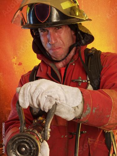 Bombero extinguiendo un incendio.