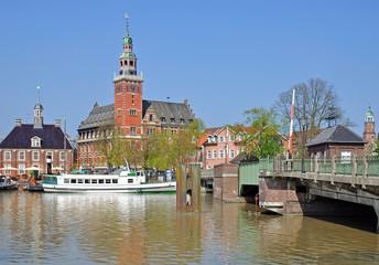 Leer in Ostfriesland mit Waage und Rathaus
