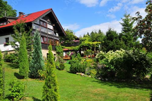 Haus mit Garten im Sommer