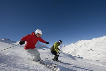 Skifahrer auf der Piste in der Abfahrt