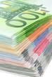 Dicker Stapel Euroscheine in scharfer Nahaufnahme
