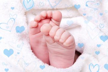 babyfüße mit herzen