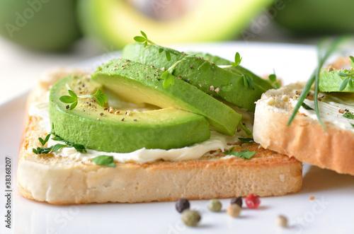 Vitaminreicher Toast mit Avocado und Frischkäse