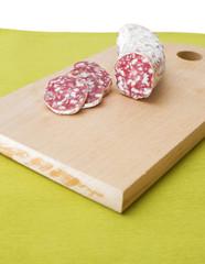 Salame tagliato a fette su tagliere