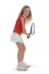 fillette blonde en tenue de tennis