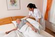 Pflegerin bei Altenpflege von Senioren