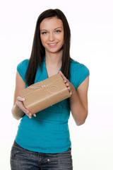 Frau mit Paket eines Versanddienstes