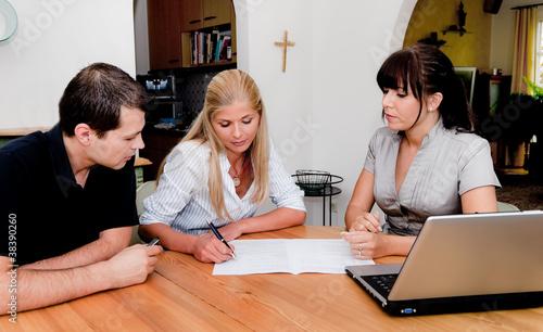 Beratung und Vertrag Unterschrift in Wohnung