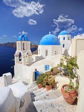 Ansicht der blauen Kuppel Kirche in Dorf Oia auf der Insel Santorini