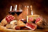 Fototapety Insaccati con formaggio e vino rosso