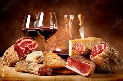 Tuinposter Zuivelproducten Insaccati con formaggio e vino rosso