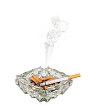 Palenie papierosów w popielniczce