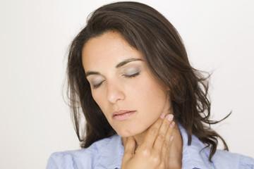 Schöne Frau mit Halsschmerzen