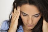 Schöne Frau mit Migräne