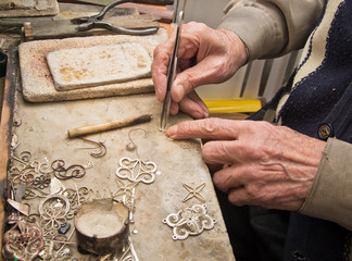 hands of  jeweller