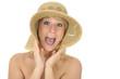 Junge Frau mit Strohhut schreit