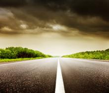 Céu nublado e estrada