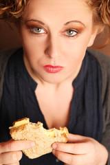 Frau mit Toastbrot