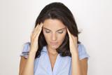 Schöne Frau mit Kopfschmerzen