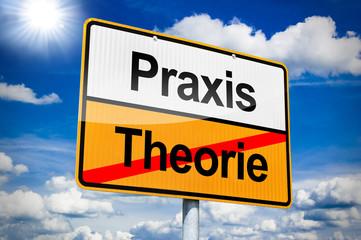 Ortseingangsschild mit Praxis und Theorie