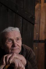 Ein Rentner blickt in die Ferne