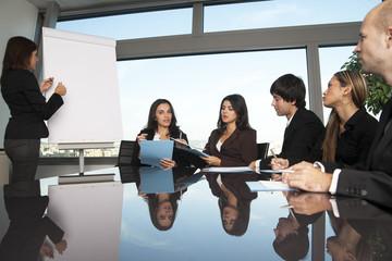 Gruppe von Büroangestellten bei Präsentation im Konferenzraum