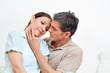 Ehepaar kuschelt miteinander