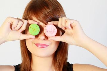 Jeune femme dégustant un macaron