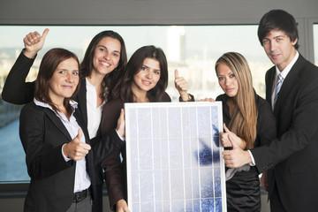 Fünf Geschäftleute verkaufen Solarenergie