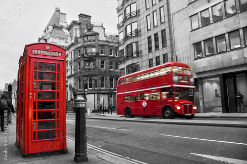Foto op Canvas Rood, zwart, wit Cabine téléphonique et bus rouges à Londres (UK)