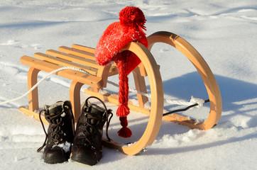 Schlitten Schuhe Mütze Schnee