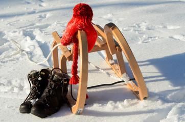 Schlitten im Schnee Schuhe Mütze