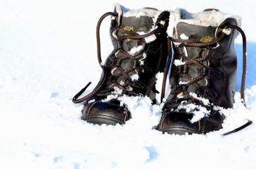 Wanderschuhe im Winter auf Schnee