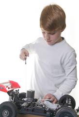 Junge mit Modellauto