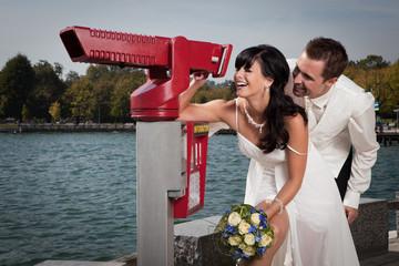 Glückliches Ehepaar blickt in die Zukuft