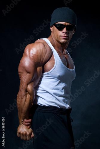 silny-atletyczny-mezczyzna-w-ciemnych-okularach