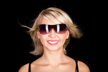 lachende blonde Frau vor schwarzem Hintergrund
