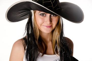 веселая девушка в маскарадной шляпе