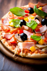 Pizza z szynką, pomidorami i oliwkami
