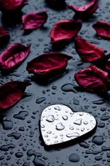 cuore di metallo e petali