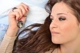 belle fille avec bijou au lit poster